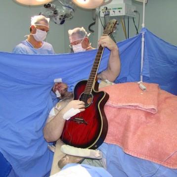 Canta i Beatles durante un'operazione al cervello
